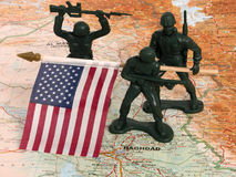 Hombres verdes del ejército del juguete con el indicador de los E.E.U.U. en Iraq Foto de archivo libre de regalías
