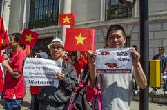 Hombres vietnamitas con las muestras de la protesta Fotos de archivo libres de regalías