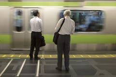 Hombres wainting para el tren en Japón imagen de archivo libre de regalías
