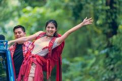 Hombres y backpacker asiáticos de las mujeres imagenes de archivo