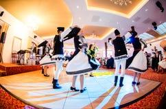 Hombres y bailarines de las mujeres que realizan danzas populares rumanas foto de archivo libre de regalías