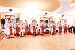 Hombres y bailarines de las mujeres que realizan danzas populares rumanas fotos de archivo