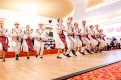 Hombres y bailarines de las mujeres que realizan danzas populares rumanas fotos de archivo libres de regalías