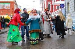 Hombres y danza de las mujeres en la calle Fotos de archivo
