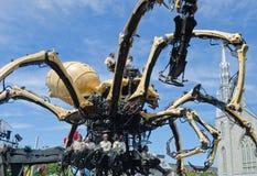 Hombres y mujeres que actúan una araña gigante Kumo en Ottawa