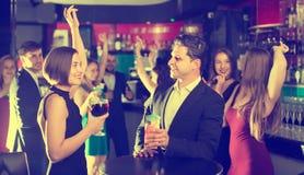 Hombres y mujeres que bailan en partido corporativo Imagenes de archivo