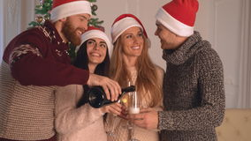 Hombres y mujeres que sostienen los cubiletes con el vino almacen de metraje de vídeo