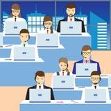 Hombres y mujeres que trabajan en un centro de atención telefónica Servicio de asistencia Imagen de archivo