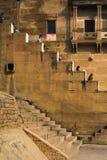 Hombres y mujeres que van hacia arriba y hacia abajo en una escalera como se ve en Varanasi fotografía de archivo libre de regalías