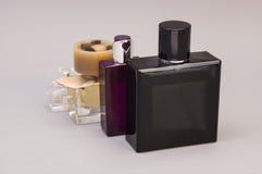 Hombres y perfume de la mujer en botellas Imagen de archivo