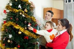 Hombres y su esposa y bebé en casa Fotografía de archivo libre de regalías
