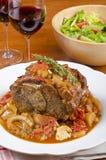 Hombro de cerdo asado, vino rojo y ensalada verde #2 Imagenes de archivo
