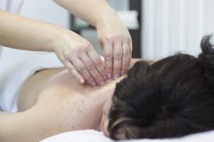 Hombros y cintura del ` s de las mujeres del masaje fotografía de archivo libre de regalías
