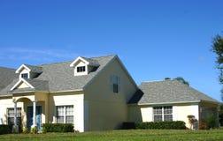 HOME amarela do sonho americano com garagem Imagens de Stock Royalty Free
