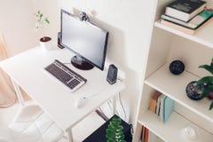 home arbete Workspace av en freelancer inre Modern design med vitt möblemang och teknologier royaltyfri fotografi