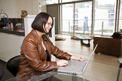 home bärbar dator för dator genom att använda kvinnan arkivfoto