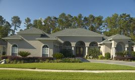 HOME bonita com arcos. Foto de Stock Royalty Free