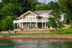 HOME bonita do beira-rio, lago mountain de Smith foto de stock