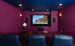 Home cinéma à l'intérieur de maison moderne images stock