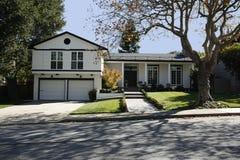 Casa clássica na península de Califórnia ao sul de San Francisco. imagem de stock