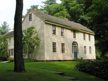 HOME colonial na vila. Foto de Stock Royalty Free