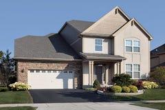 HOME com garagem e os arcos de pedra Imagem de Stock Royalty Free