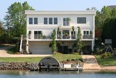 HOME contemporânea do lago Imagem de Stock Royalty Free