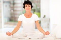 HOME da meditação da mulher Imagens de Stock