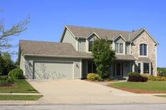 HOME de gama alta com garagem dobro fotografia de stock royalty free