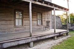 HOME de madeira velha com cadeira de balanço Imagens de Stock Royalty Free