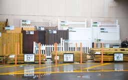 Home Depot lagrar Home Depot är en amerikansk återförsäljare av konstruktionsprodukt och tjänst, fungerar många diversehandel öve Arkivbild
