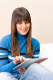 HOME do adolescente com o computador da tabuleta da tela de toque imagens de stock