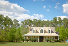 HOME e jardim da casa de campo do país fotografia de stock royalty free