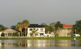 HOME em um lago foto de stock