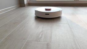 HOME esperta O aspirador de p30 do robô executa a limpeza automática do apartamento em alguma estadia filme