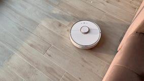 HOME esperta O aspirador de p30 do robô executa a limpeza automática do apartamento em alguma estadia video estoque