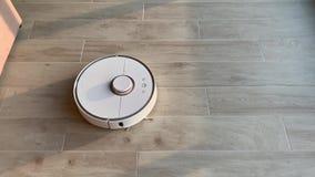 HOME esperta O aspirador de p30 do robô executa a limpeza automática do apartamento em alguma estadia vídeos de arquivo