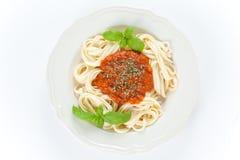 A HOME fêz macarronetes bolonheses Imagens de Stock Royalty Free