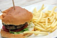 A HOME fêz o Hamburger e as microplaquetas e a salada de repolho Fotografia de Stock Royalty Free