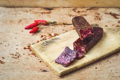 A HOME fêz o salami fotos de stock royalty free