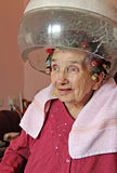 Home frisering för åldringen Arkivfoto