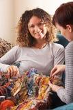 home handarbete tillsammans två kvinnor Arkivbild