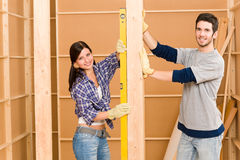 Home improvement smiling couple with spirit level Royalty Free Stock Photos