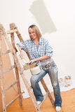 Home improvement: Smiling woman with paint Royalty Free Stock Photography