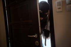 Home inbrott med en kniv Arkivbild