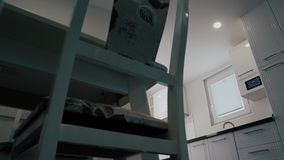 home interior modern Σύγχρονο σχέδιο κουζινών στο ελαφρύ εσωτερικό Υπάρχει επίσης ένα νησί κουζινών στο δωμάτιο Κουζίνα και απόθεμα βίντεο