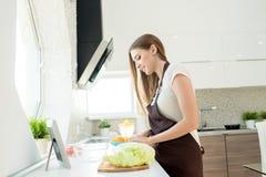 home kvinnabarn för matlagning royaltyfri fotografi