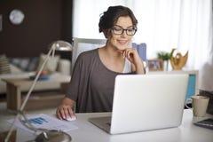 home kvinnaworking fotografering för bildbyråer