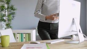 home kvinnaworking arkivfilmer