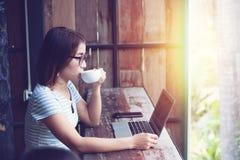 home kvinnaworking för affär royaltyfri foto